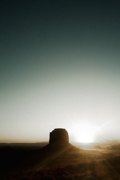 Длинный снимок естественного геологического образования суши на открытом воздухе с подсветкой