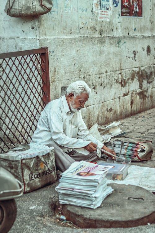 Fotos de stock gratuitas de noticias diarias, oldies, periódico, persona de la tercera edad
