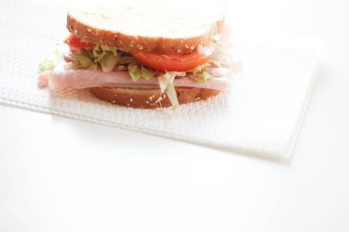 Darmowe zdjęcie z galerii z białe biurko, chleb, jedzenie, kanapka