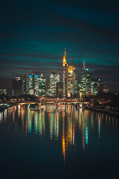 Foto Von Stadtgebäuden Während Der Nacht
