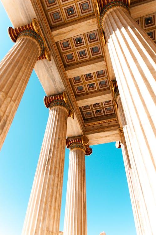 Flachwinkelfoto Von Säulen Und Säulen