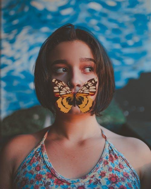 Foto Der Frau Mit Einem Schmetterling Auf Ihrem Mund