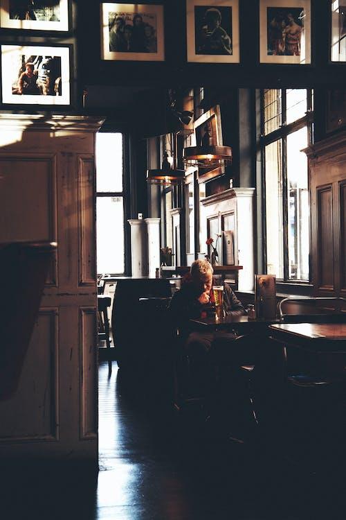 Darmowe zdjęcie z galerii z bar, człowiek myśli, człowiek pije, klasyczny