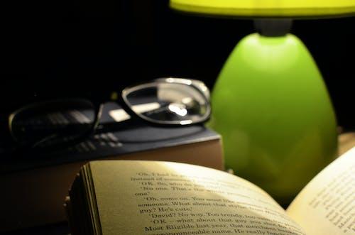 Δωρεάν στοκ φωτογραφιών με ανάγνωση, γυαλιά, ελαφρύς, κρεβάτι
