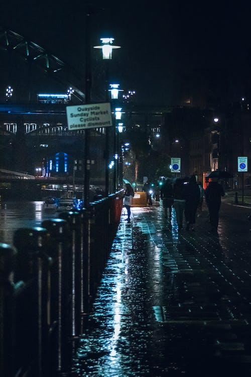 Ảnh lưu trữ miễn phí về ánh sáng, cô gái với chiếc ô, đàn bà, đêm