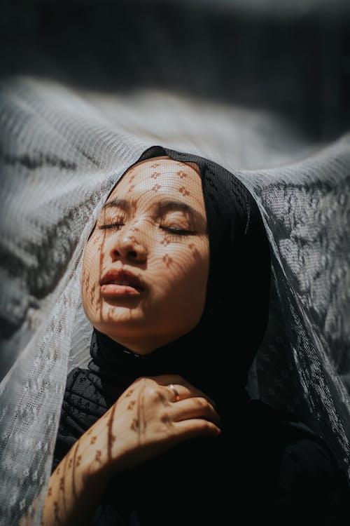 Mulher Usando Lenço Preto Na Cabeça
