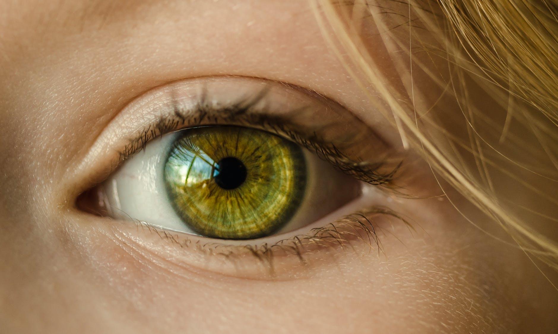 Enxergar as letrinhas do celular estão cada vez mais difícil  Pode ser que  seus hábitos mais comuns estão acabando com a saúde dos seus olhos! f568063ee1
