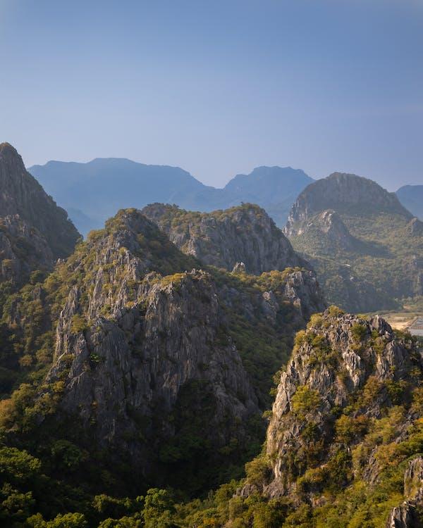 peisaj frumos, piscuri montane, vârfuri de munte