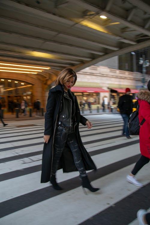 #newyork #nyc #street #train #walk #coat #woman