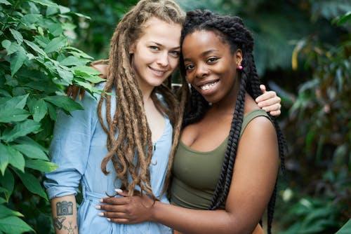 Безкоштовне стокове фото на тему «дреди, друзі, єднання, жінки»