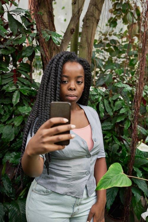 Δωρεάν στοκ φωτογραφιών με selfie, smartphone, γυναίκα, έκφραση προσώπου