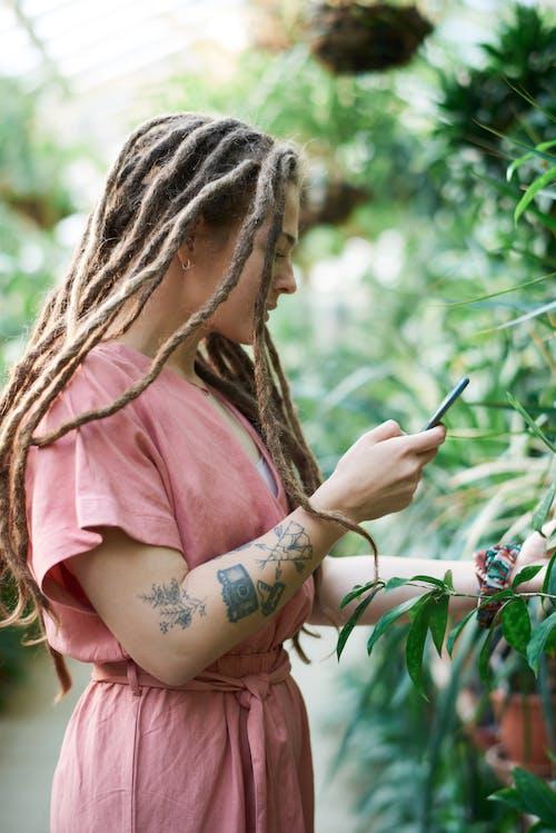 Δωρεάν στοκ φωτογραφιών με tattoo, αναψυχή, βάθος πεδίου, γυναίκα