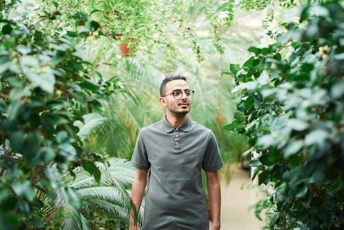 Darmowe zdjęcie z galerii z czas wolny, głębia pola, koszulka polo, liście