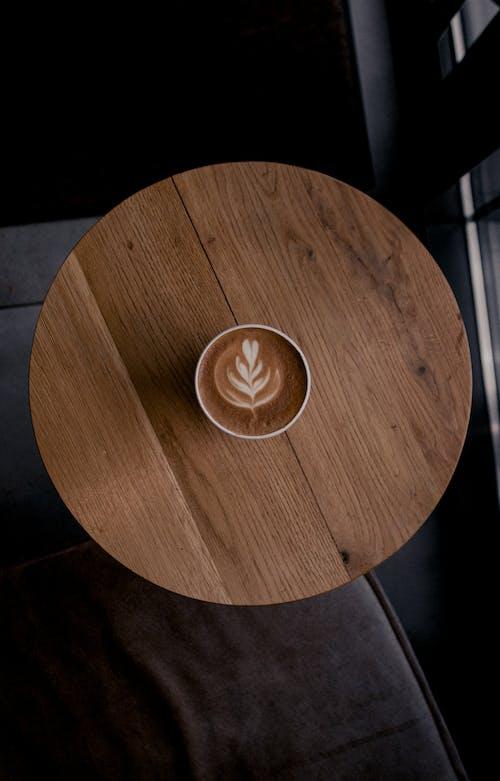 Latte Kunst In Der Tasse Kaffee Auf Einem Runden Tisch