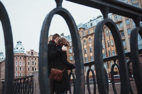 一對, 古城, 城市, 情侶散步 的 免费素材照片