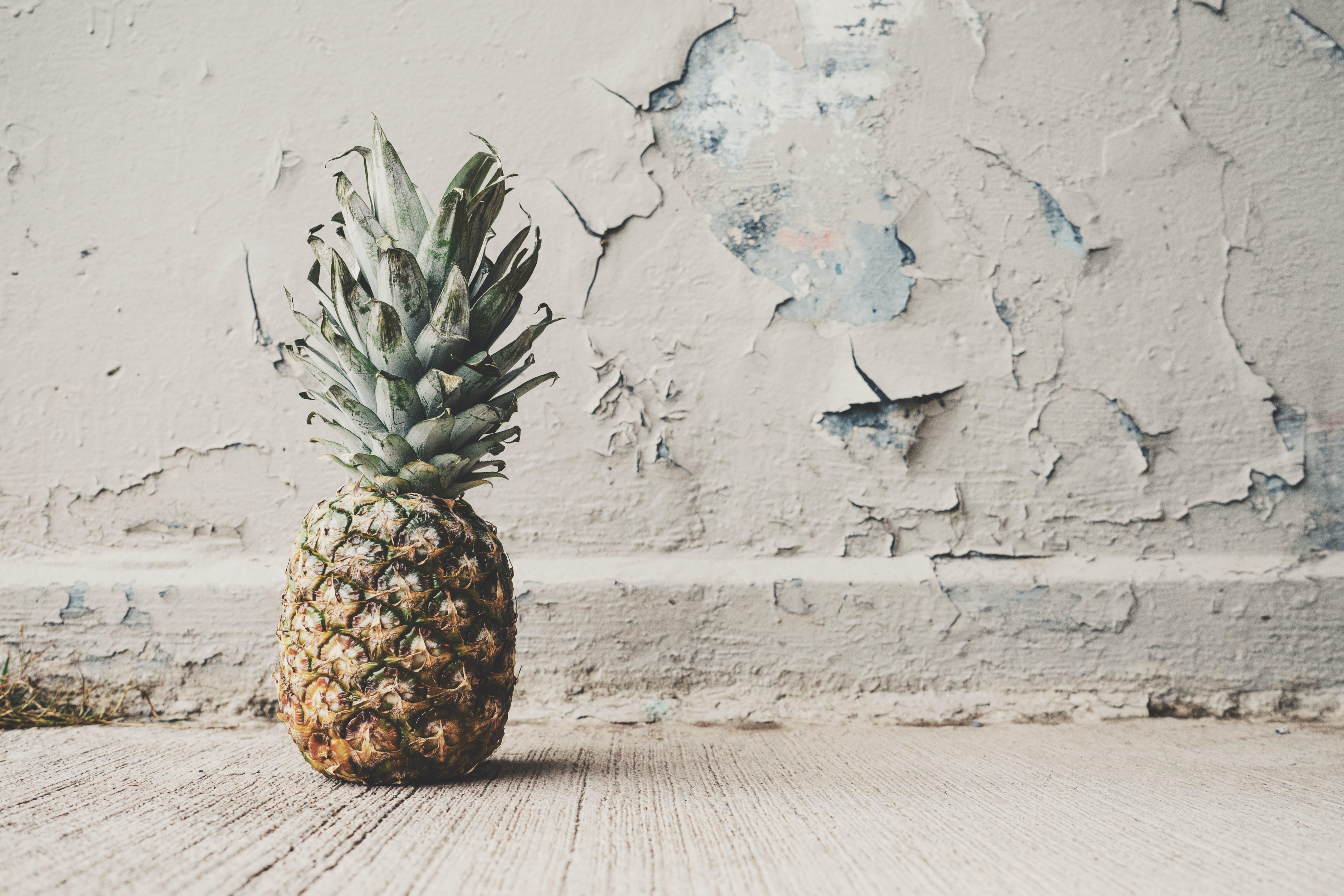 Kostenloses Stock Foto zu ananas, beton, essen, frucht