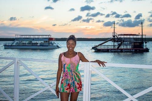 Ingyenes stockfotó csinos nő, csónakok, fából készült móló, fekete lány témában