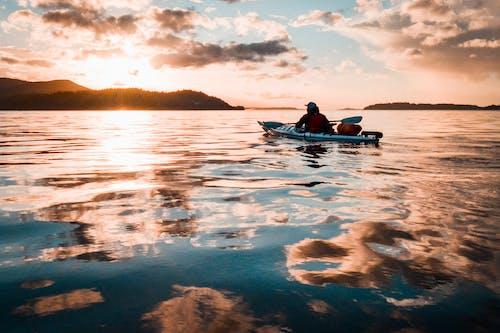 Foto d'estoc gratuïta de alba, barca, caiac, capvespre