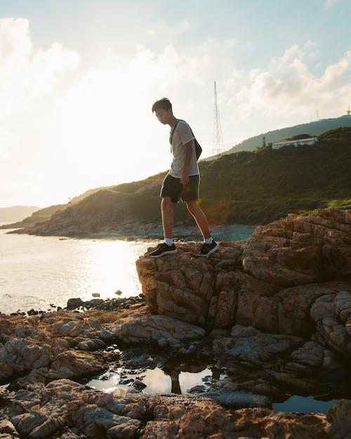 Человек, стоящий на скале