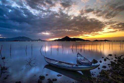 ahşap tekneler, akşam, akşam karanlığı, deniz içeren Ücretsiz stok fotoğraf