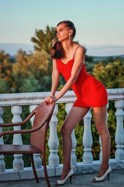 Fotobanka sbezplatnými fotkami na tému červené šaty, človek, dáma, dlhé nohy