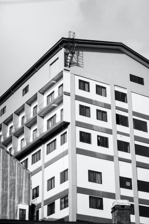 Zdjęcie Concrete Building W Skali Szarości