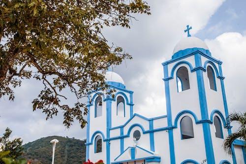 Witte En Blauwe Betonnen Kerk