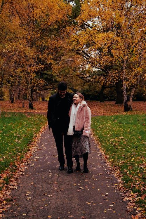 Darmowe zdjęcie z galerii z jesień, para, przytulanie się pary, spacerująca para