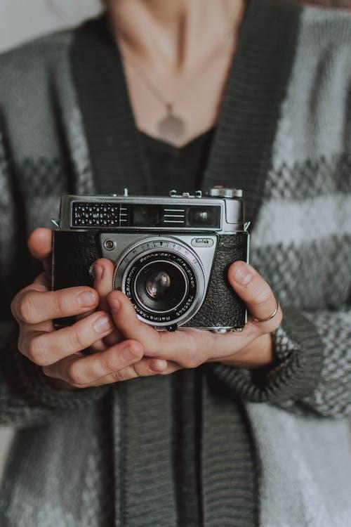 Kostenloses Stock Foto zu analogkamera, buchcover-bilder, festhalten, filmkamera