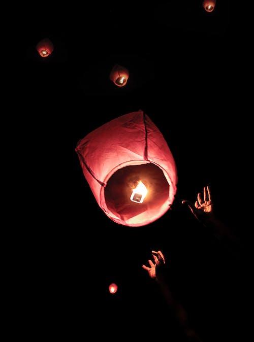 Fotos de stock gratuitas de deja ir una linterna flotante
