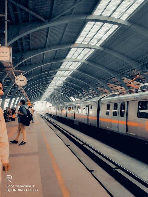 asyalı insanlar, delhi, demir yolu, Demir yolu platformu içeren Ücretsiz stok fotoğraf