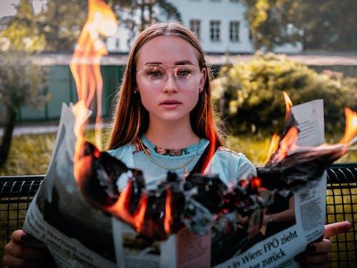 Fotos de stock gratuitas de ardiente, gafas, llama, mujer