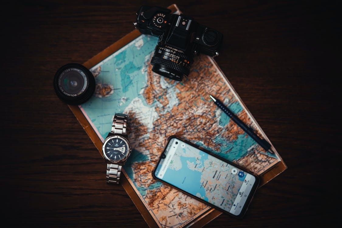 手錶和相機旁邊的智能手機