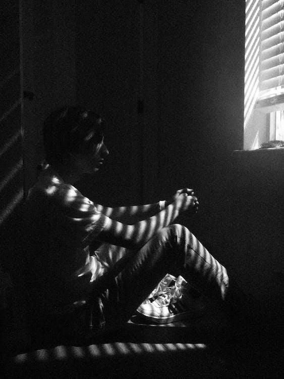 Mann Sitzt Vor Dem Fenster