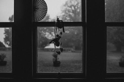 Darmowe zdjęcie z galerii z czarno-biały, lusterko, okno, sylwetka
