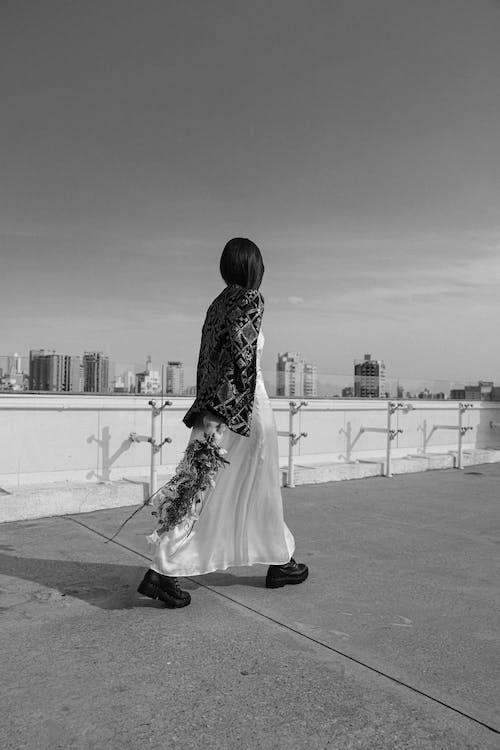 Kostnadsfri bild av gående, ha på sig, kvinna, mode