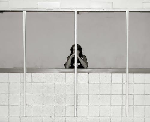 Δωρεάν στοκ φωτογραφιών με ασπρόμαυρο, βαριέμαι, γυναίκα, δωμάτιο
