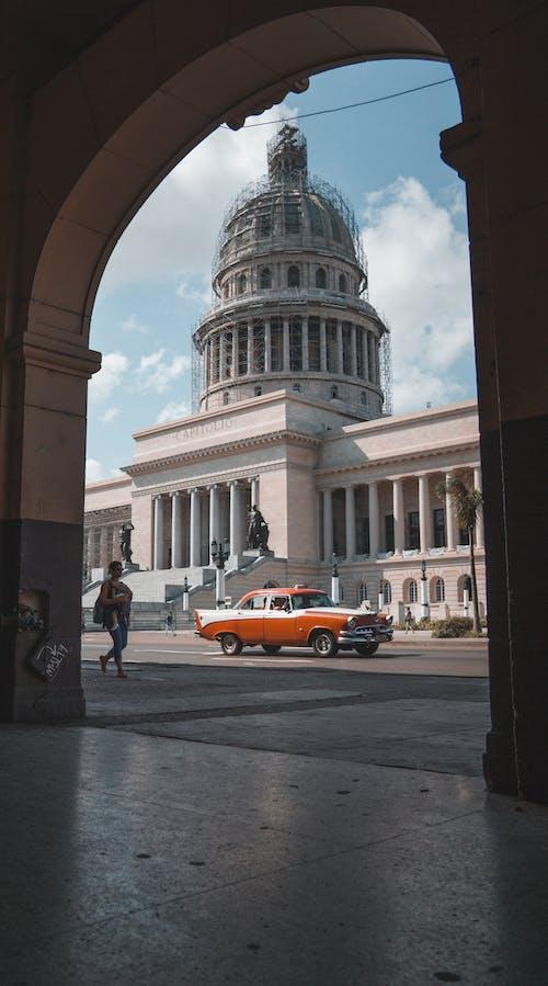 Безкоштовне стокове фото на тему «автомобіль, арки, архітектура»
