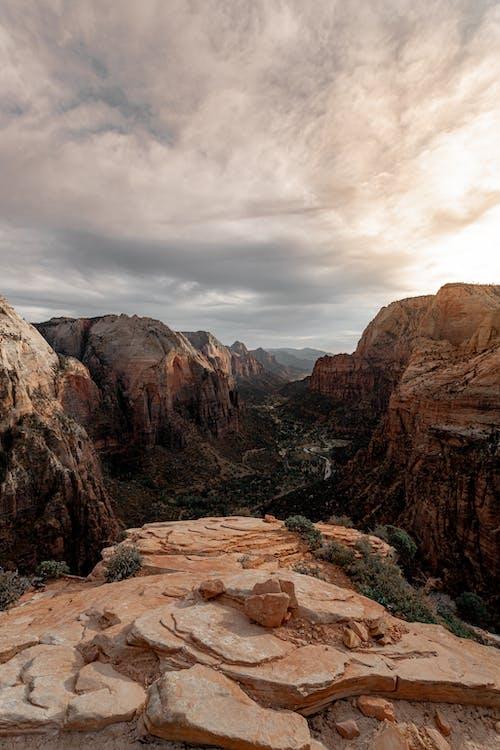 Photo Panoramique Des Falaises Pendant La Journée