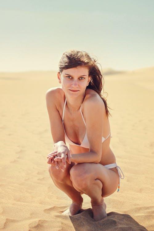 Kostenloses Stock Foto zu badeanzug, beine, bikini, frau