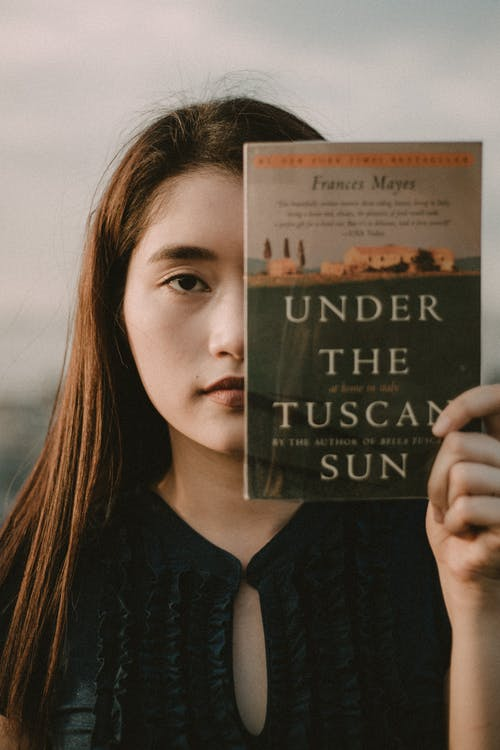 Livro Mulher Segurando Sob O Sol Da Toscana
