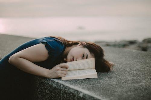 亞洲女人, 女人, 書, 肖像 的 免費圖庫相片