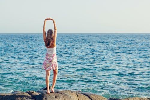 Kostnadsfri bild av blå, hav, havsstrand, kvinna
