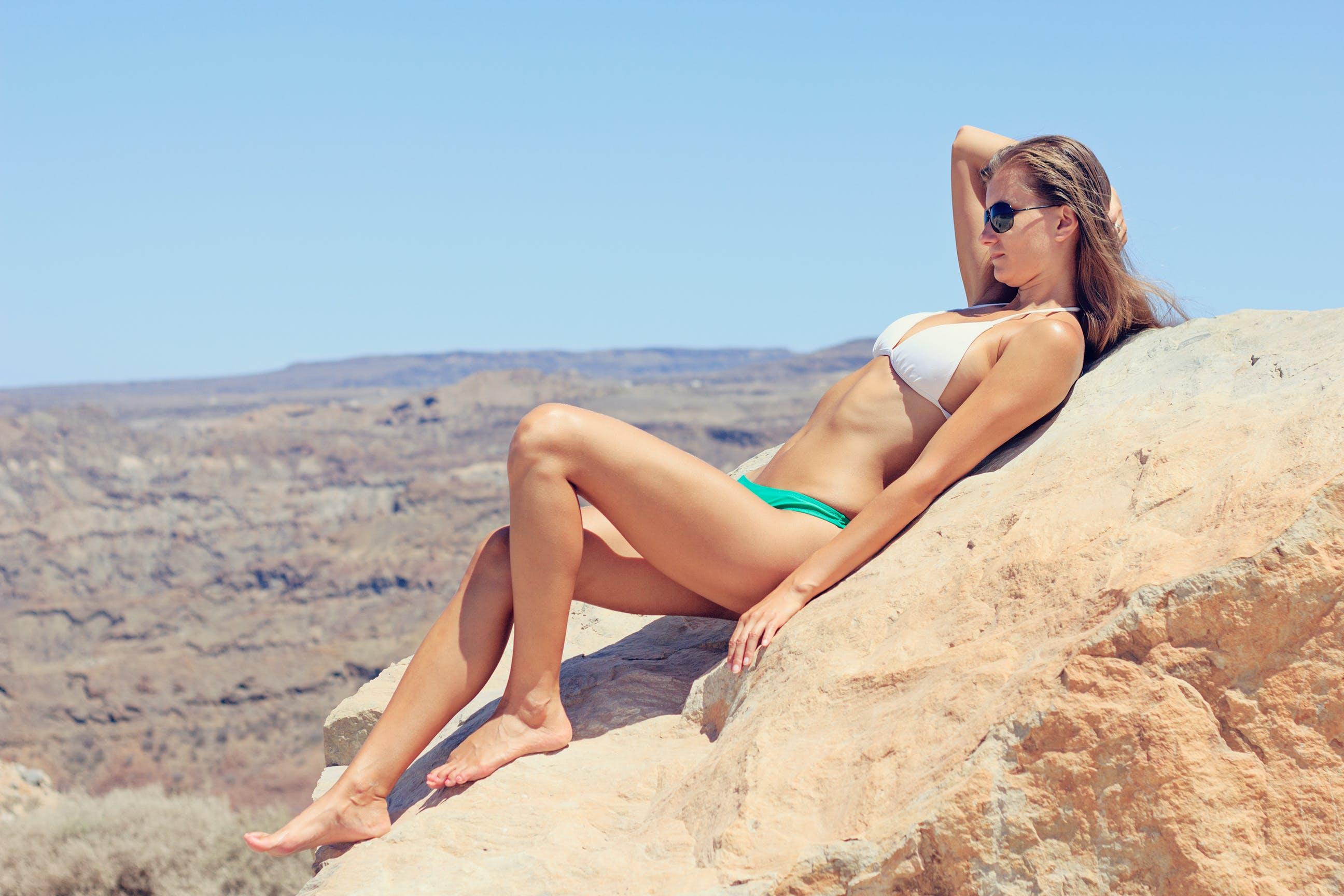 Kostenloses Stock Foto zu himmel, person, sonnenbrille, bikini