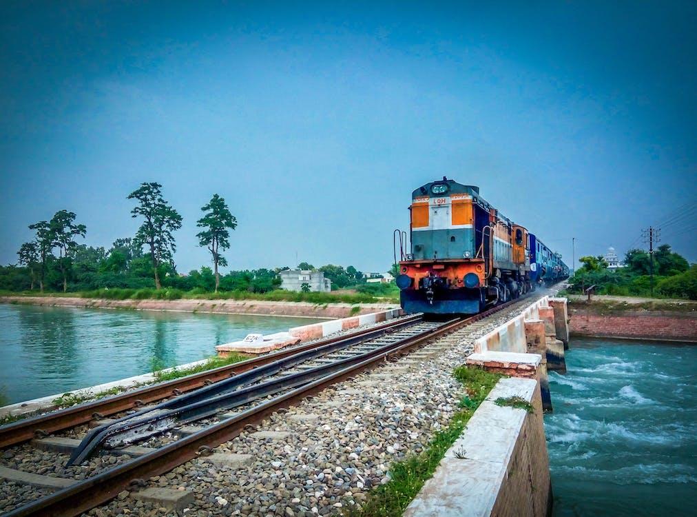 вода, залізниця, потяг