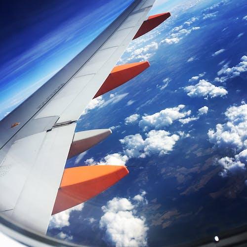 Kostenloses Stock Foto zu blauer himmel, boeing, flügel, flugzeug