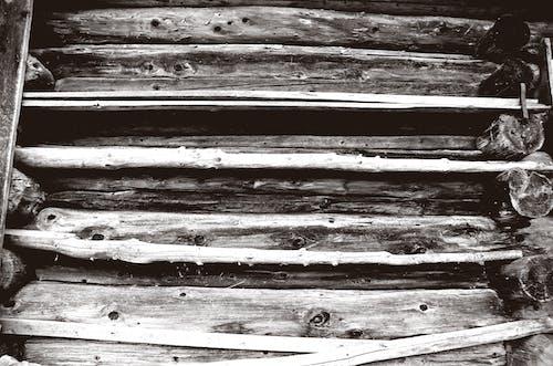Δωρεάν στοκ φωτογραφιών με ασπρόμαυρο, μαύρο και άσπρο, μαυρόασπρο, ξύλινη καμπίνα