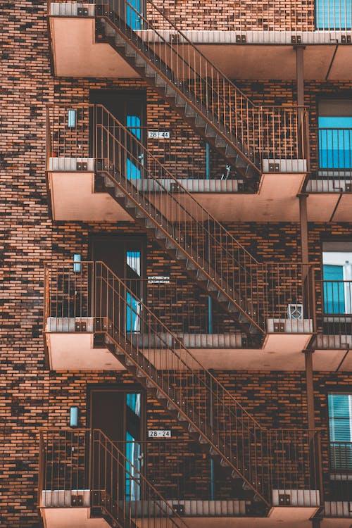 アパート, ステップ, モダンな建物, れんが造りの建物の無料の写真素材