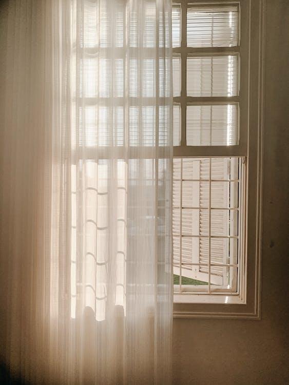 Geöffnetes Weißes Fenster Mit Transparentem Vorhang