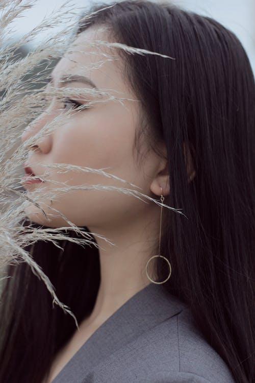 Gratis lagerfoto af Asiatisk pige, fra siden, grå dragt